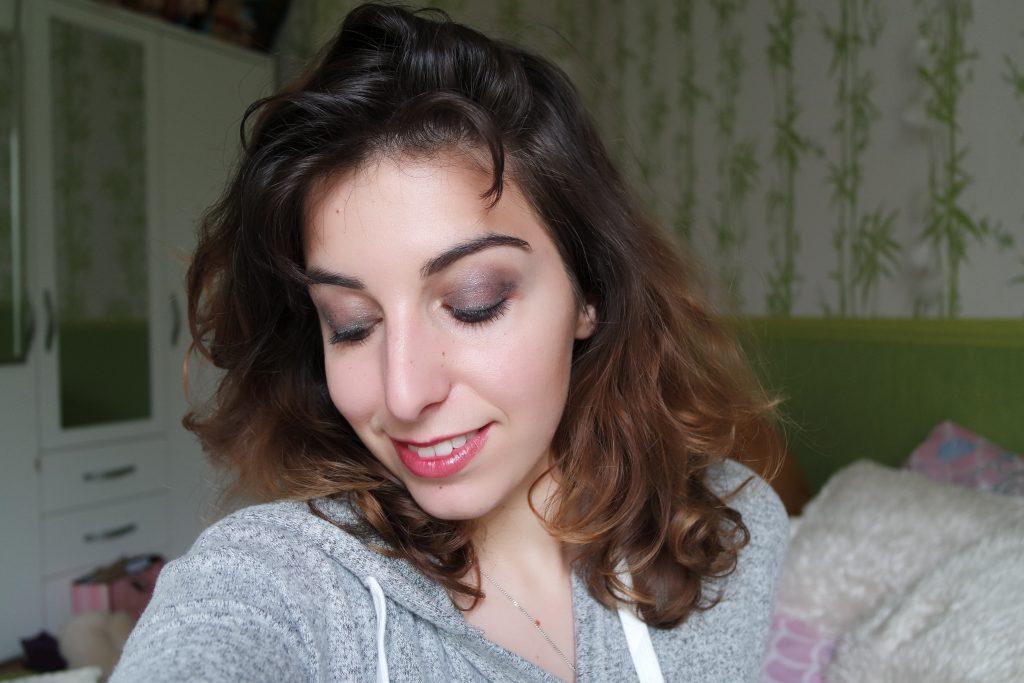 Maquillage MSC paillettes argentées yeux fermés