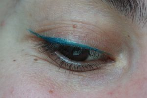 eye liner bio couleur caramel swatch bleu