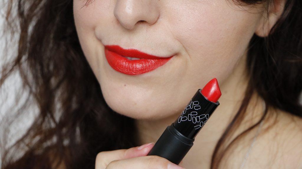 Le rouge à lèvre sweet and safe coquelicot d'Absolution, un magnifique rouge plein de peps